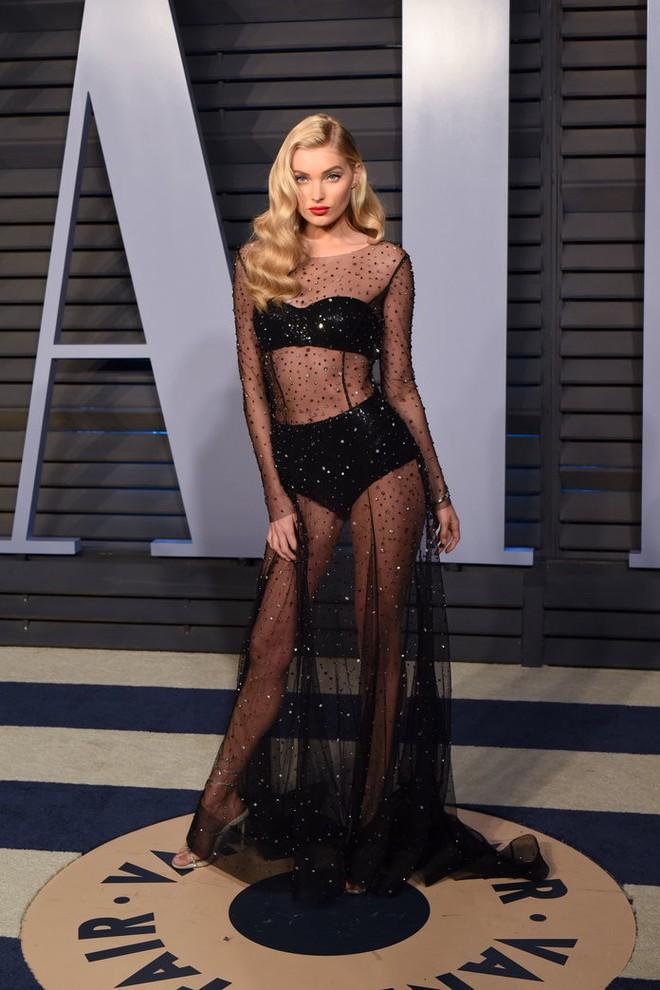 11 bộ váy hở kinh điển của 2018: Bella - Kendall khoe hết của nả, Kim gây lú với thiết kế ảo ảnh nhưng sốc nhất lại là J.Lo - ảnh 4