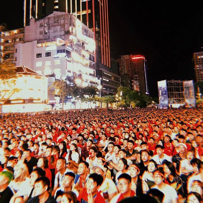 Hình ảnh biển người cổ vũ cho đội tuyển Việt Nam trên phố đi bộ Nguyễn Huệ khiến nhiều người phải thốt lên kinh ngạc - Ảnh 1.