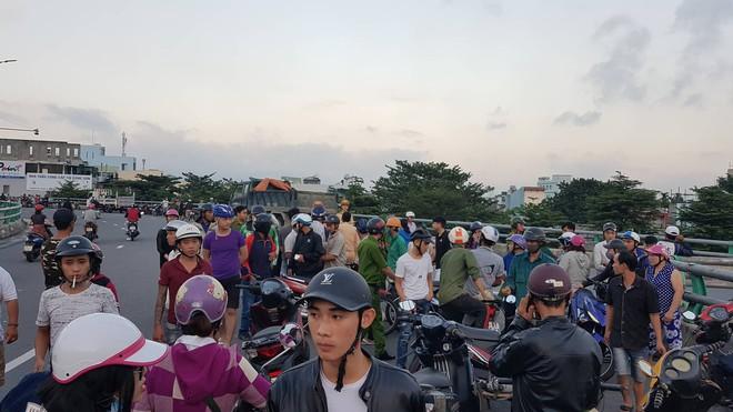 Người thân khóc ngất bên thi thể người phụ nữ chết thảm dưới gầm xe tải ở Đà Nẵng - Ảnh 3.