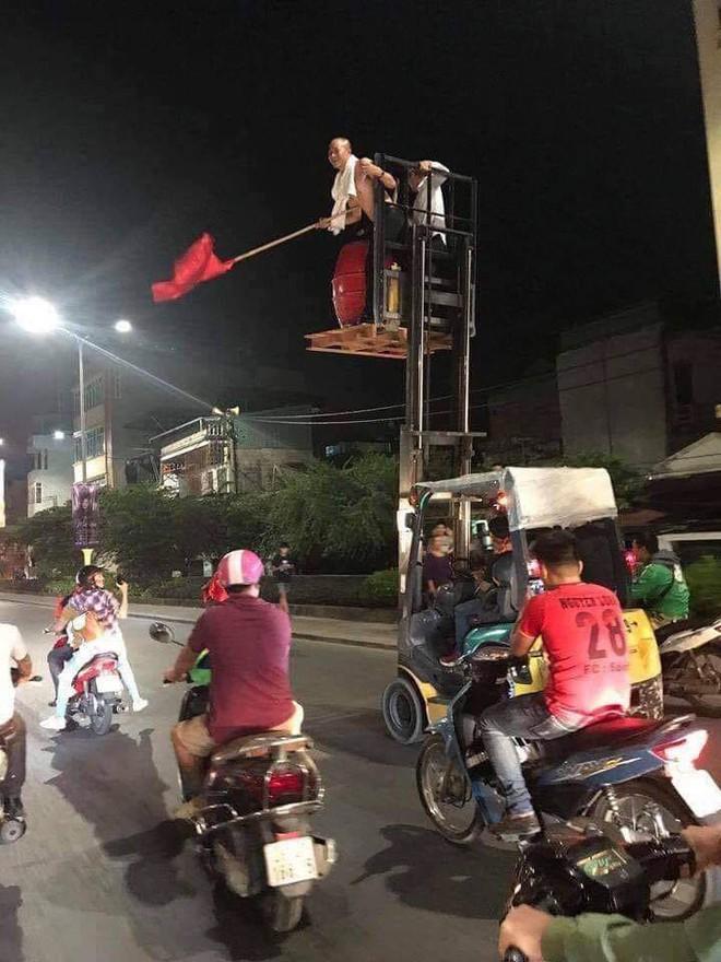 Những hình ảnh giản dị mà hài hước của CĐV Việt Nam trong không khí tưng bừng mừng chiến thắng - ảnh 4