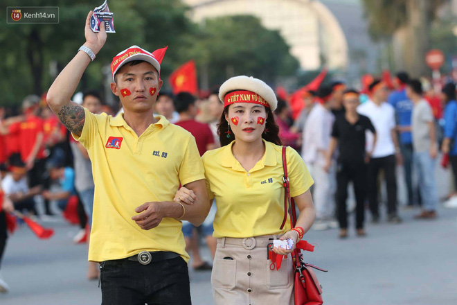 Loạt fan girl xinh xắn chiếm sóng tại Mỹ Đình trước trận bán kết Việt Nam - Philippines - ảnh 3
