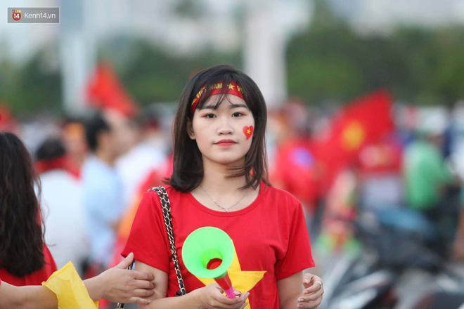 Loạt fan girl xinh xắn chiếm sóng tại Mỹ Đình trước trận bán kết Việt Nam - Philippines - ảnh 2