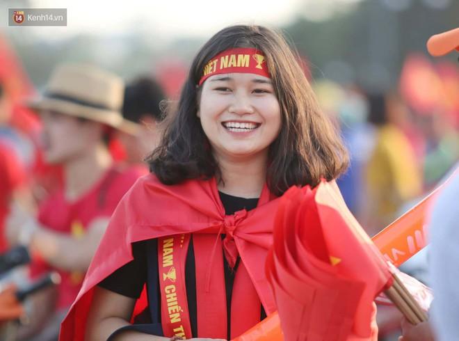 Loạt fan girl xinh xắn chiếm sóng tại Mỹ Đình trước trận bán kết Việt Nam - Philippines - ảnh 4