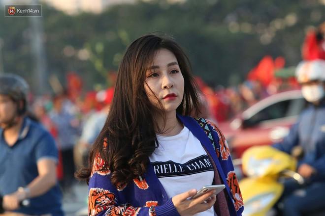 Loạt fan girl xinh xắn chiếm sóng tại Mỹ Đình trước trận bán kết Việt Nam - Philippines - ảnh 5