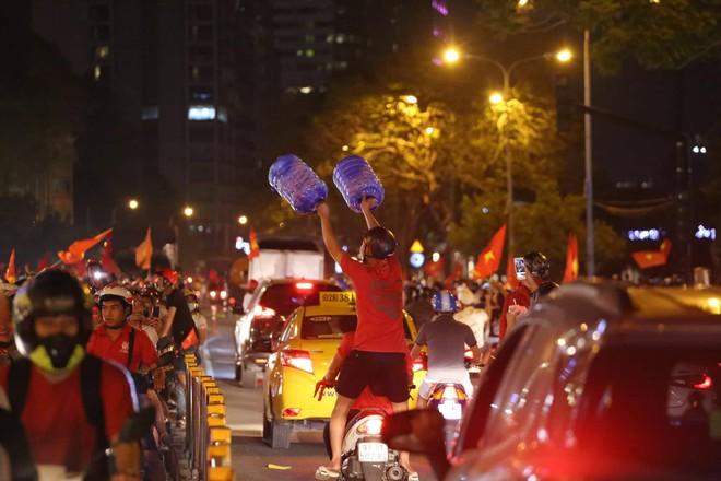 Những hình ảnh giản dị mà hài hước của CĐV Việt Nam trong không khí tưng bừng mừng chiến thắng - ảnh 9