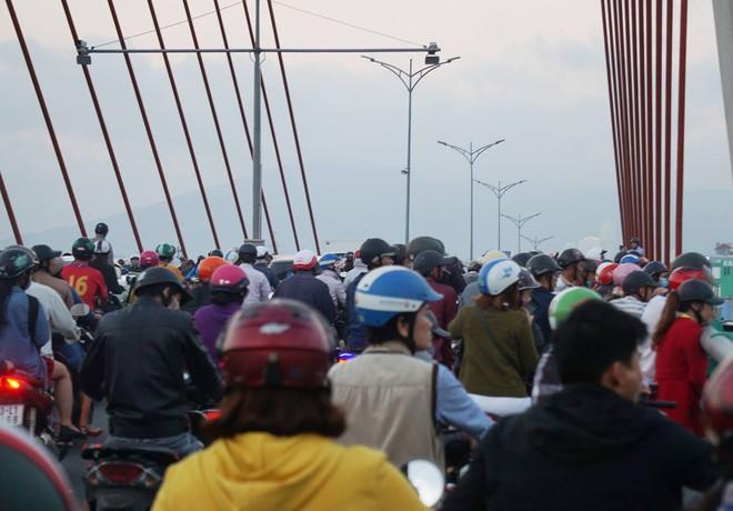 Người thân khóc ngất bên thi thể người phụ nữ chết thảm dưới gầm xe tải ở Đà Nẵng - Ảnh 5.