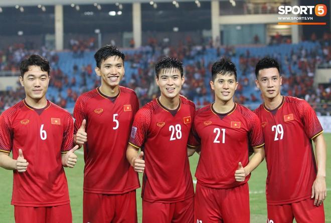 Xuân Trường, Văn Toàn check-in cực nhắng cùng hội anh em cây khế sau trận thắng Philippines - Ảnh 1.