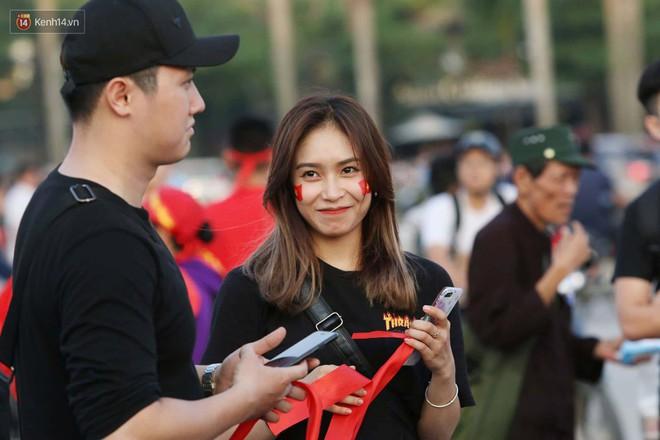 Loạt fan girl xinh xắn chiếm sóng tại Mỹ Đình trước trận bán kết Việt Nam - Philippines - ảnh 1