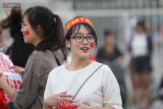 Loạt fan girl xinh xắn chiếm sóng tại Mỹ Đình trước trận bán kết Việt Nam - Philippines - ảnh 6
