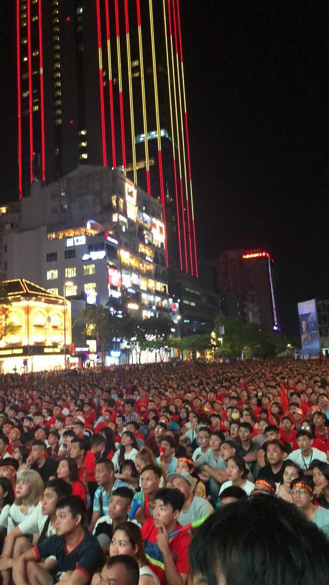 Hình ảnh biển người cổ vũ cho đội tuyển Việt Nam trên phố đi bộ Nguyễn Huệ khiến nhiều người phải thốt lên kinh ngạc - ảnh 1