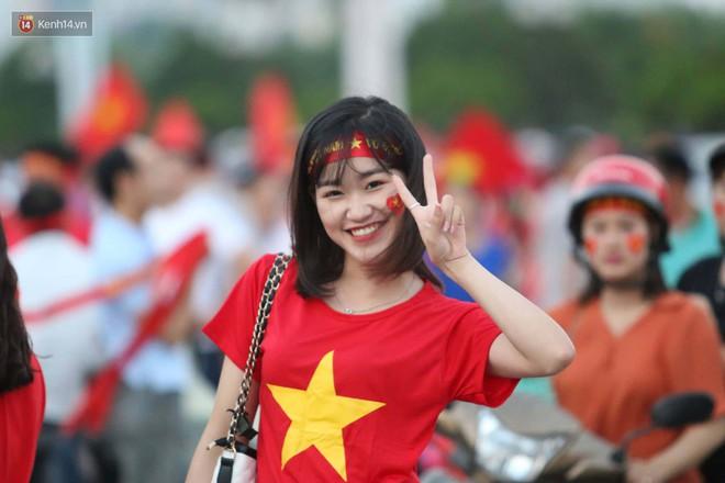 Loạt fan girl xinh xắn chiếm sóng tại Mỹ Đình trước trận bán kết Việt Nam - Philippines - ảnh 7