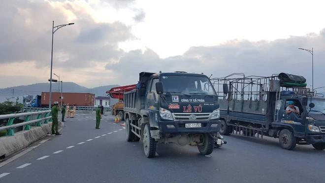 Người thân khóc ngất bên thi thể người phụ nữ chết thảm dưới gầm xe tải ở Đà Nẵng - Ảnh 2.