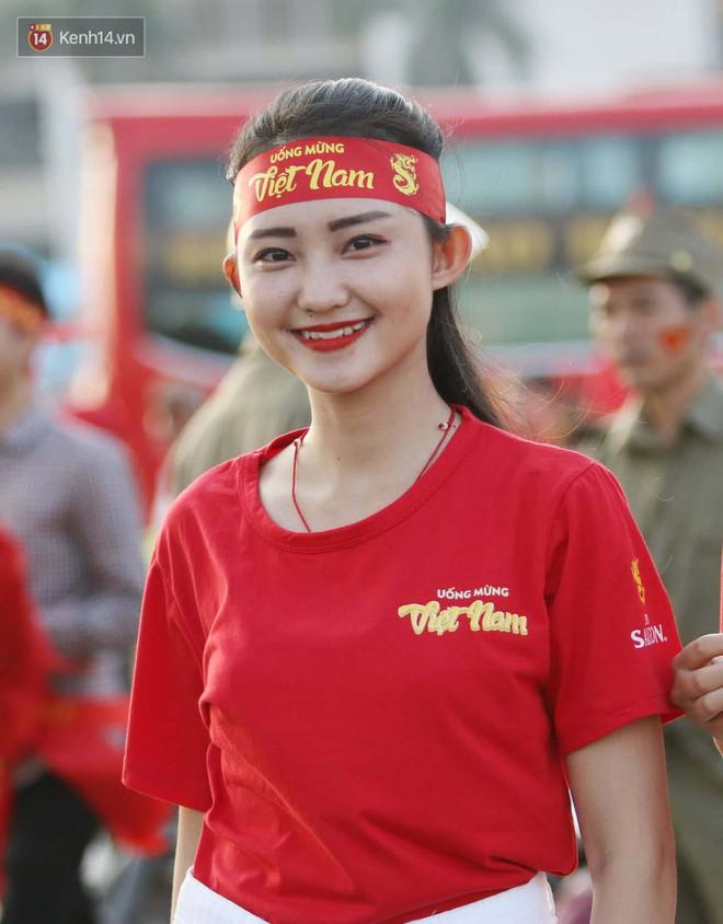 Loạt fan girl xinh xắn chiếm sóng tại Mỹ Đình trước trận bán kết Việt Nam - Philippines - ảnh 8