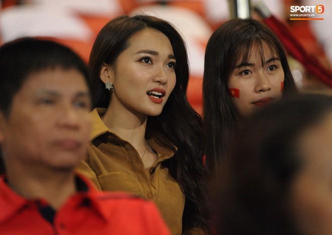 Vợ HLV Park Hang-seo, người yêu cầu thủ Duy Mạnh, Văn Đức nổi bật trên khán đài trận bán kết kịch tính - ảnh 3