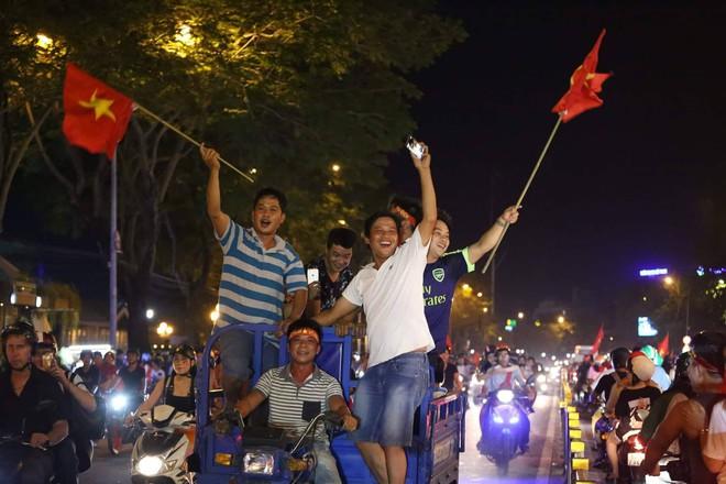 Những hình ảnh giản dị mà hài hước của CĐV Việt Nam trong không khí tưng bừng mừng chiến thắng - ảnh 3
