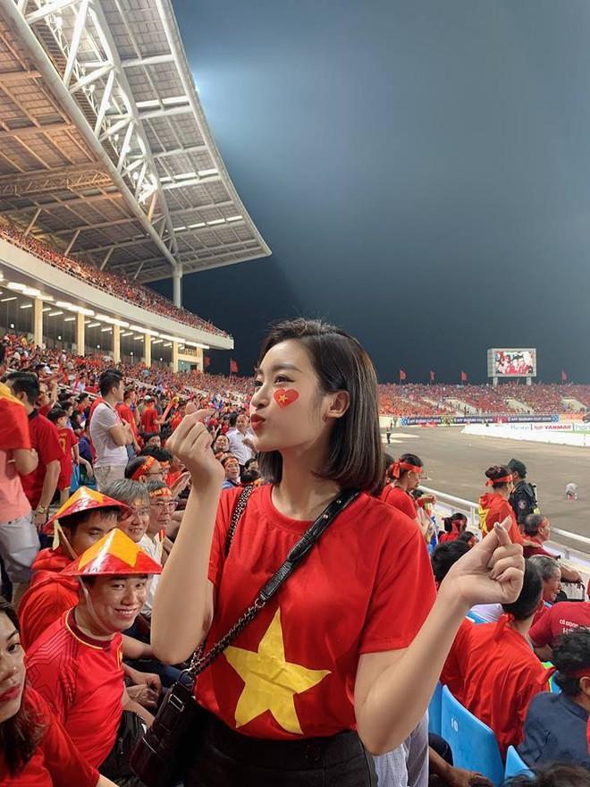 Cường Đô La dắt tay bạn gái ra Hà Nội, hòa cùng dàn mỹ nhân Vbiz lên sân Mỹ Đình cổ vũ bóng đá - Ảnh 2.