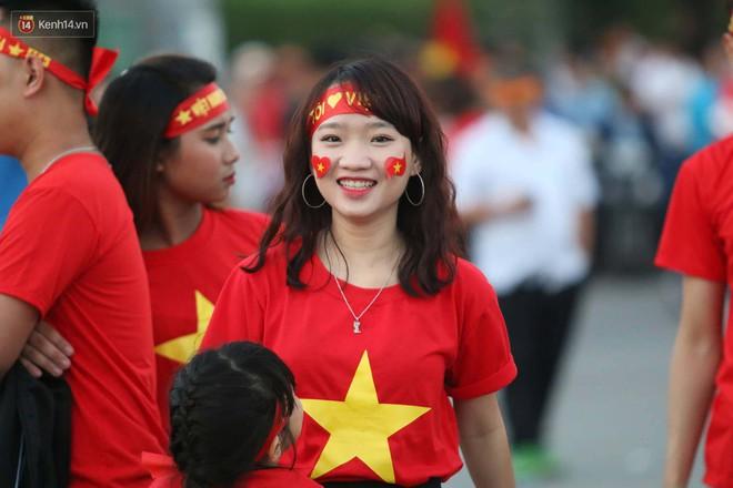 Loạt fan girl xinh xắn chiếm sóng tại Mỹ Đình trước trận bán kết Việt Nam - Philippines - ảnh 9