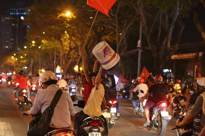 Những hình ảnh giản dị mà hài hước của CĐV Việt Nam trong không khí tưng bừng mừng chiến thắng - ảnh 8