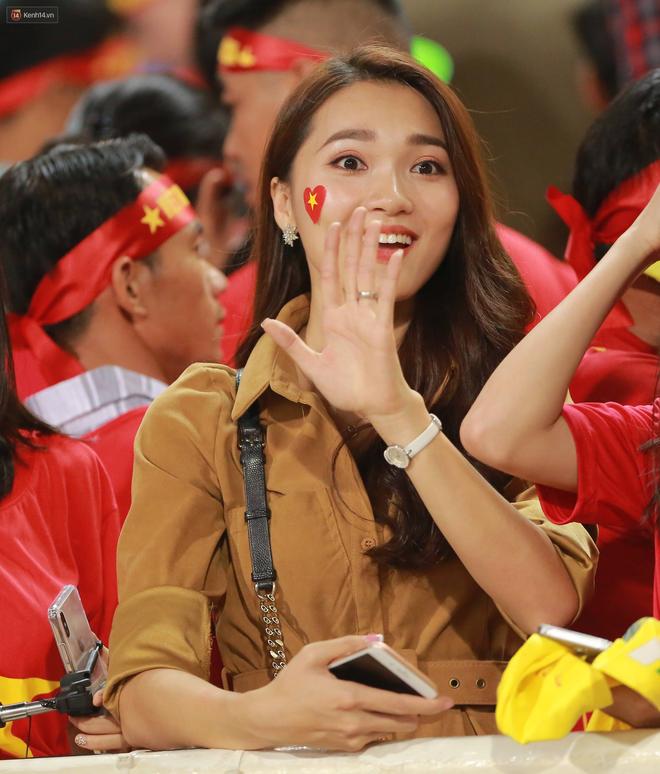 Tuyển Việt Nam thắng trận, hot girl Ngọc Nữ vẫy tay chào bạn trai tin đồn Văn Đức từ khán đài - Ảnh 6.