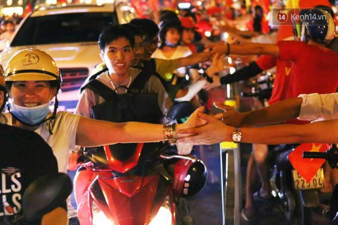 Đường phố Sài Gòn gần gũi và đáng yêu sau trận thắng của đội tuyển Việt Nam: Chỉ chạm tay thôi cũng thấy vui rồi! - ảnh 9