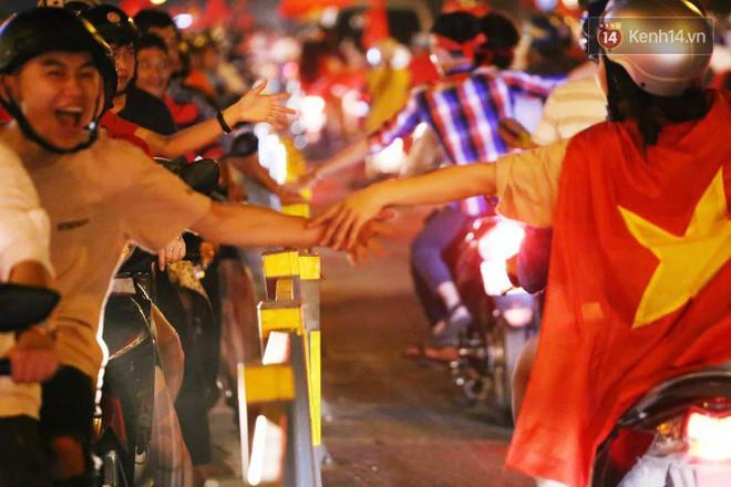 Đường phố Sài Gòn gần gũi và đáng yêu sau trận thắng của đội tuyển Việt Nam: Chỉ chạm tay thôi cũng thấy vui rồi! - ảnh 11