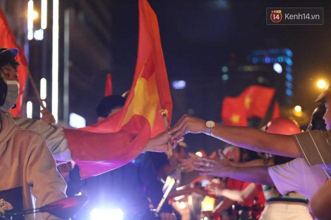 Đường phố Sài Gòn gần gũi và đáng yêu sau trận thắng của đội tuyển Việt Nam: Chỉ chạm tay thôi cũng thấy vui rồi! - ảnh 6