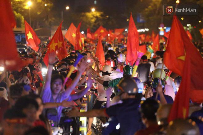 Đường phố Sài Gòn gần gũi và đáng yêu sau trận thắng của đội tuyển Việt Nam: Chỉ chạm tay thôi cũng thấy vui rồi! - ảnh 5