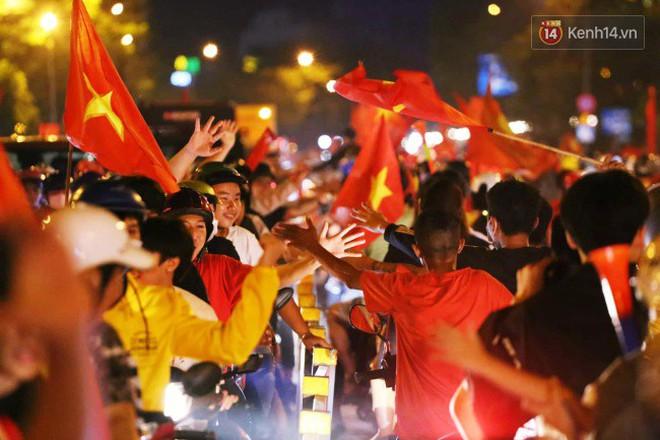 Đường phố Sài Gòn gần gũi và đáng yêu sau trận thắng của đội tuyển Việt Nam: Chỉ chạm tay thôi cũng thấy vui rồi! - ảnh 10