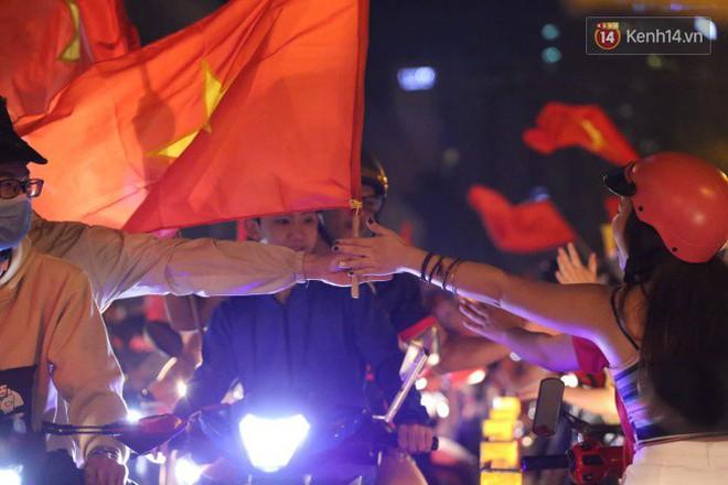 Đường phố Sài Gòn gần gũi và đáng yêu sau trận thắng của đội tuyển Việt Nam: Chỉ chạm tay thôi cũng thấy vui rồi! - ảnh 4
