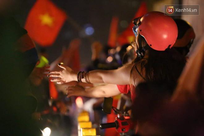 Đường phố Sài Gòn gần gũi và đáng yêu sau trận thắng của đội tuyển Việt Nam: Chỉ chạm tay thôi cũng thấy vui rồi! - ảnh 3