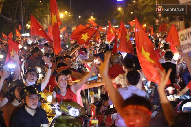 Đường phố Sài Gòn gần gũi và đáng yêu sau trận thắng của đội tuyển Việt Nam: Chỉ chạm tay thôi cũng thấy vui rồi! - ảnh 2