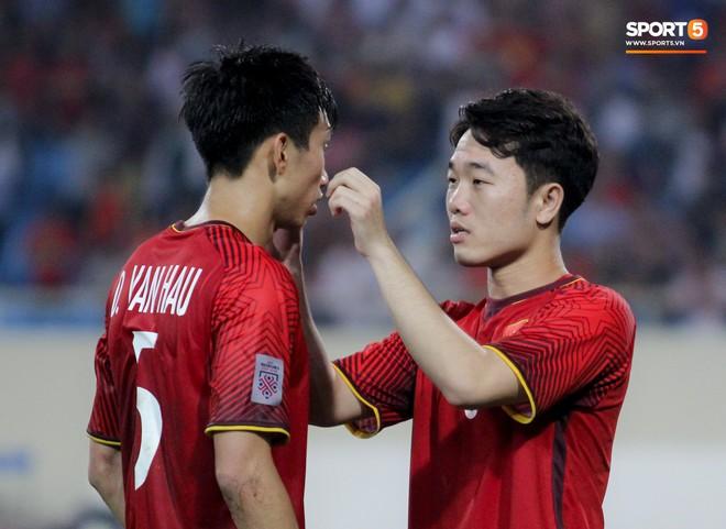 """Lương Xuân Trường chăm sóc """"em út"""" Đoàn Văn Hậu - Ảnh 3."""