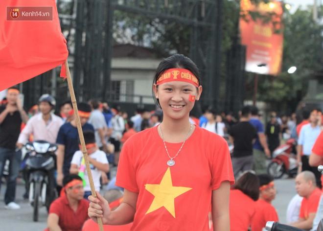 Loạt fan girl xinh xắn chiếm sóng tại Mỹ Đình trước trận bán kết Việt Nam - Philippines - ảnh 11