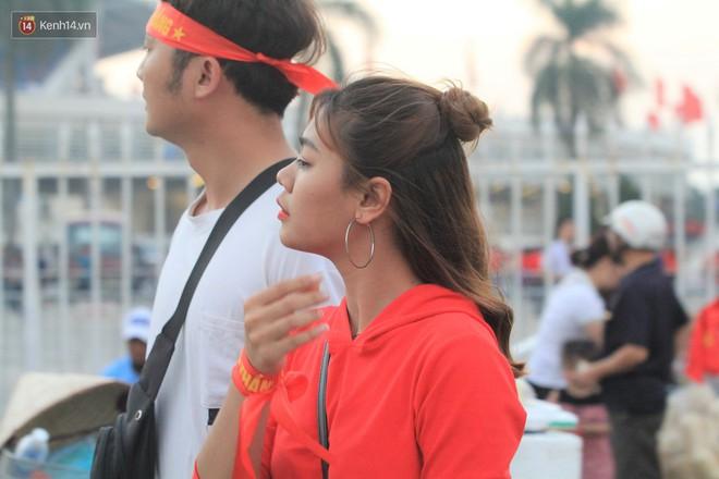 Loạt fan girl xinh xắn chiếm sóng tại Mỹ Đình trước trận bán kết Việt Nam - Philippines - ảnh 12