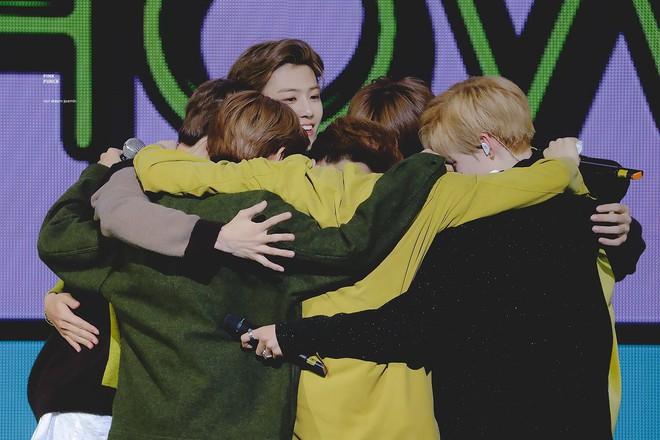 Nghẹn ngào với hình ảnh NCT Dream bật khóc nức nở trên sân khấu cuối cùng với đầy đủ 7 thành viên - Ảnh 4.