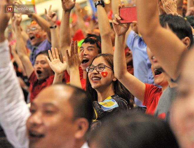 Bạn gái Quang Hải ăn mừng cực sung khi người yêu ghi bàn vào lưới Philippines - Ảnh 4.