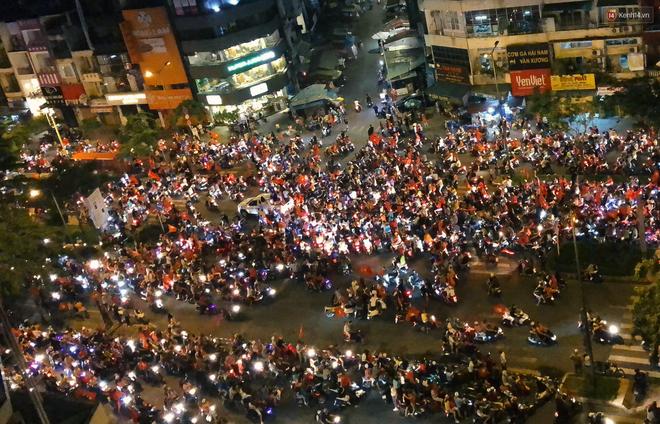 Sài Gòn gần gũi và đáng yêu sau trận thắng của đội tuyển Việt Nam: Chỉ chạm tay thôi cũng thấy vui rồi! - Ảnh 1.