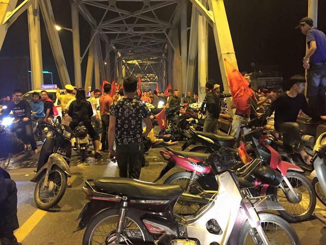 Ẩu đả, tai nạn giao thông liên tiếp trong đêm đi bão mừng chiến thắng của đội tuyển Việt Nam: Vui thôi đừng vui quá! - ảnh 2