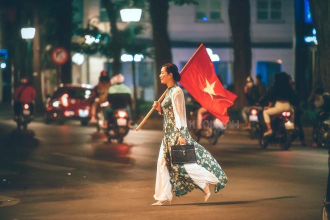 Đi bão kiểu NSƯT Chiều Xuân: Không kèn trống, diện áo dài vác cờ Tổ quốc văn minh nhưng vẫn cực chất - Ảnh 1.