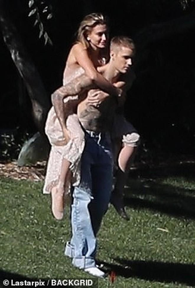 Hailey diện váy trắng đẹp như cô dâu, cùng ông xã Justin Bieber tiếp tục chụp bộ ảnh tình cảm - ảnh 8