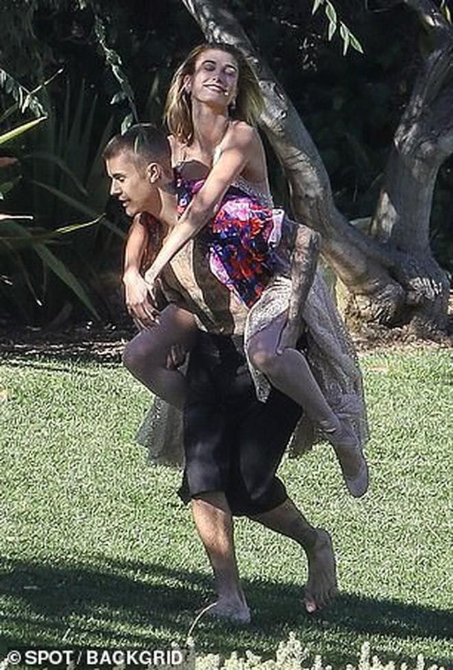 Hailey diện váy trắng đẹp như cô dâu, cùng ông xã Justin Bieber tiếp tục chụp bộ ảnh tình cảm - ảnh 9