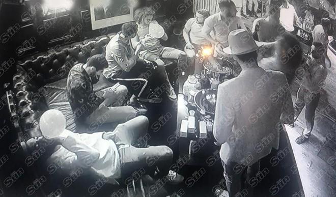 SỐC: Dàn sao Arsenal quẩy tới bến, hút bóng cười đến nỗi lịm trên ghế - ảnh 3