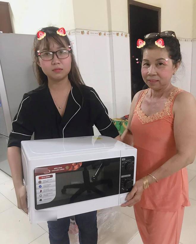 Cô nàng mặt méo xệch khi mẹ tặng lò vi sóng dịp sinh nhật, dân tình vào bình luận không thể hài hước hơn! - ảnh 1