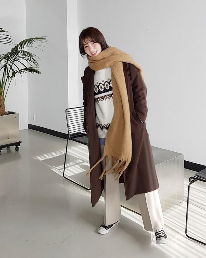 Trời rét thế này ra đường không thể thiếu khăn quàng, và đây là 4 kiểu khăn mốt nhất mà bạn nên sắm - Ảnh 2.