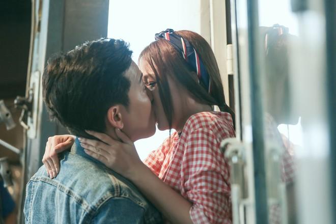 Vụ cầu hôn Nhã Phương chưa nguội, Trường Giang bị Sam cưỡng hôn trong phim chiếu Tết - Ảnh 1.