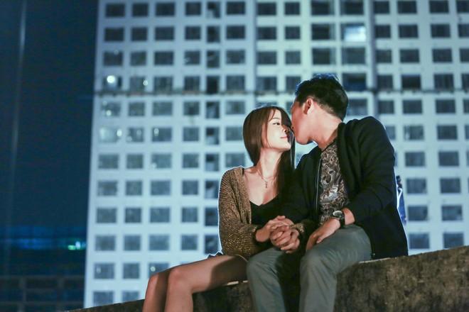Vụ cầu hôn Nhã Phương chưa nguội, Trường Giang bị Sam cưỡng hôn trong phim chiếu Tết - Ảnh 4.
