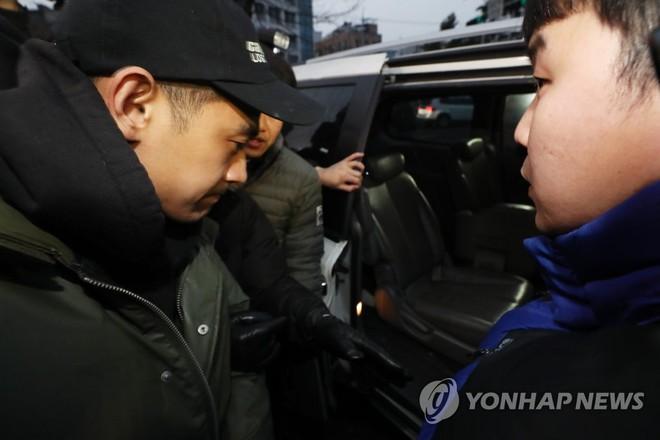 Chồng kém 9 tuổi của nữ hoàng nhạc phim Baek Ji Young lờ đờ xuất hiện sau khi bị bắt vì sử dụng ma túy đá - Ảnh 5.