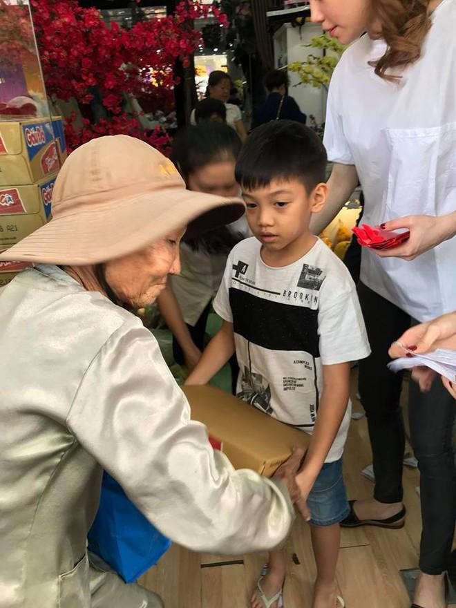 Subeo mang quần xà lỏn, đi dép lê bưng bê quà giúp mẹ Hà Hồ làm từ thiện - Ảnh 1.