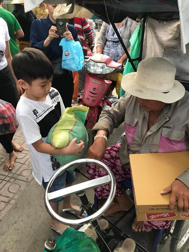 Subeo mang quần xà lỏn, đi dép lê bưng bê quà giúp mẹ Hà Hồ làm từ thiện - Ảnh 2.
