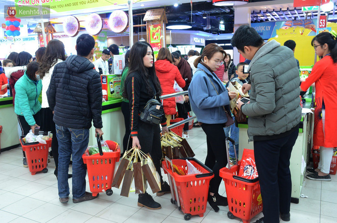 Chùm ảnh: Những ngày cận tết, người dân Hà Nội chen chân trong siêu thị để mua sắm - Ảnh 7.